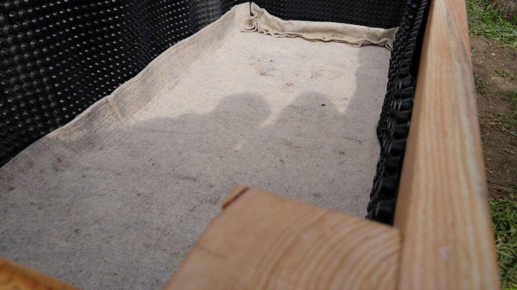 Ovčja volna kot prva plast. Lahko uporabimo tudi inox mrežo za zaščito pred voluharjem