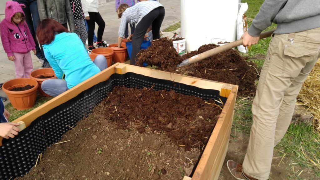 napolnimo z zemljo, tako s kompostom