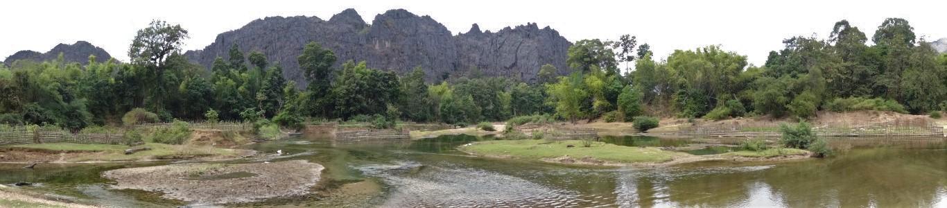 Panoramska slika vrtov ob reki Hinboun