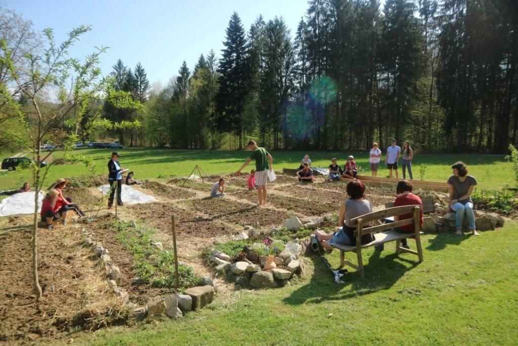 Vrtna opravila v aprilu temeljito predelamo na delavnicah na Vrtu Obilja v začetku aprila.