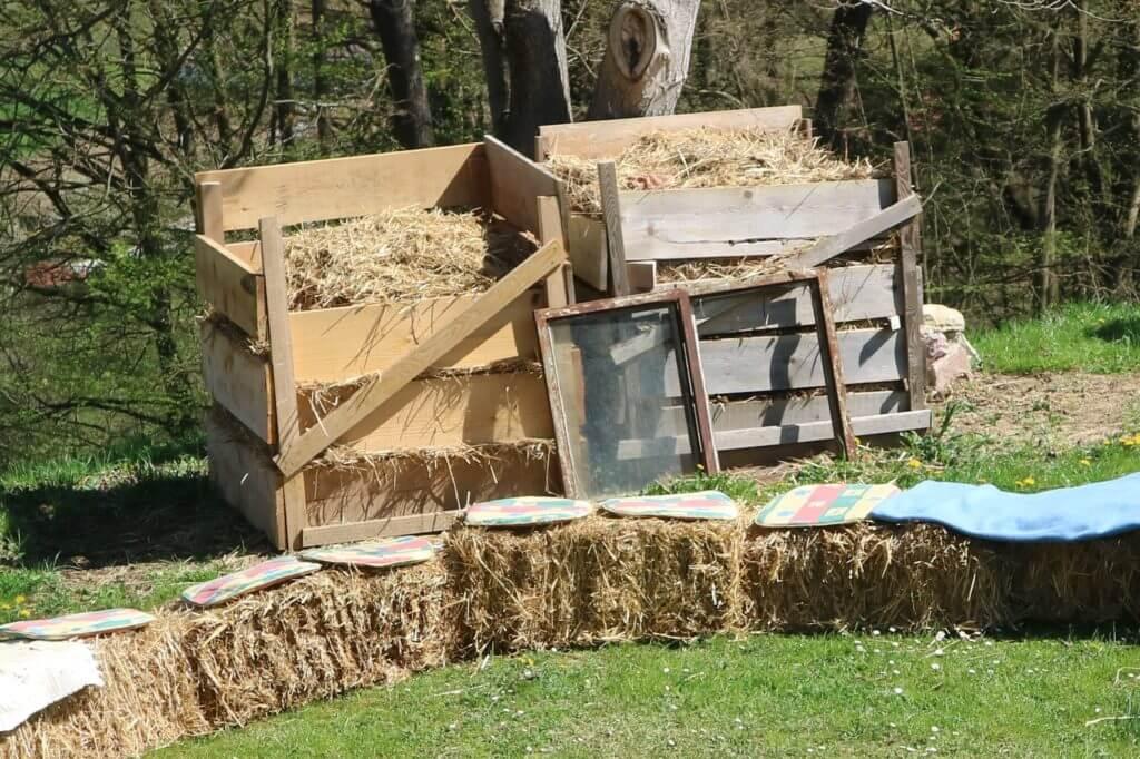 Kompostnika, vedno prekrita s slamo