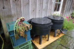 Kompostiranje z deževniki poteka v teh posodah