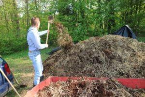 Dodan predelan kompost, za boljše kompostiranje