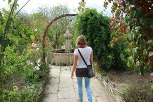 Iz terase vodi pot na vrt mimo vodnjaka.