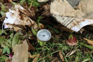 Kompostni termometer za preverjanje temperature vročega kompostiranja.