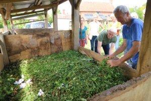 Polnjnenje kompostnega kupa.